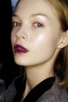 Natural makeup with a deep purple lip stain. Ombre Burgundy, Burgundy Lips, Purple Lips, Deep Purple, Plum Lips, Ombre Lips, Oxblood, Beauty Make-up, Beauty And Fashion
