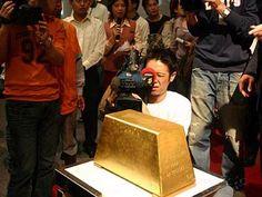 Le plus grand lingot d'Or au Monde !    De 21,25cm de haut, son prix est estimé à plus de 3 millions d'euros.    Le lingot entrera dans le livre Guiness des records l'année 2005.