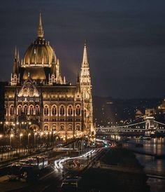 Nighttime in Budapest, memorising. Capital Of Hungary, Budapest Travel, Hungary Travel, Destinations, Belle Villa, Parcs, Budapest Hungary, Travel Abroad, Romantic Travel