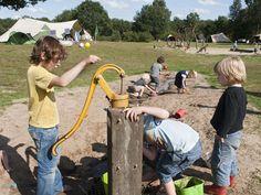 Camping De Roos in Beerze, in mijn ogen zijn er maar weinig in Nederland die zo dicht bij mijn droomcamping komen als 'De Roos'. De natuur, de sfeer, de fantastische avonturen voor de kinderen en de oorverdovende rust als ze eindelijk op bed liggen. We ontdekten deze camping een jaar of vier geleden en hoewel we eigenlijk nooit op dezelfde plek terugkomen, zijn we op deze echte kindercampingal verschillende keren teruggeweest. Ik zal je vertellen waarom. Een echte kindercamping vol…