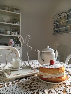 Shabby, Kettle, Tea Pots, Kitchen Appliances, Tableware, Diy Kitchen Appliances, Tea Pot, Home Appliances, Dinnerware