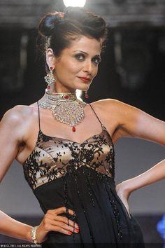 Sonal Rawat showcases a design by the jewellery brand IGI during the India International Jewellery Week. #Bollywood #Fashion #IIJW