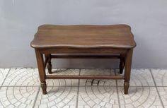 Uma mesa antiga fico