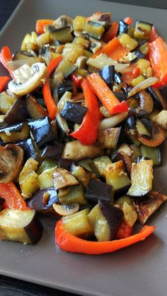 Legume la tigaie. Vegetable Recipes, Vegetarian Recipes, Cooking Recipes, Healthy Recipes, Work Meals, Romanian Food, Vegan Dishes, Food Cravings, Soul Food