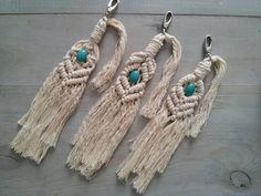Macrame keychains or bag charms in 3 patterns decorated with a beautiful turquoise Howlite stone for good vibes. Macrame Bag, Macrame Design, Keychains, Boho Style, Tassel Necklace, Boho Fashion, Charms, Turquoise, Stone