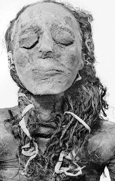 Princesa Nsikhonsu de Egipto, dinastía XXI. casada con un Sumo Sacerdote, pero enterradA con el pelo en un estilo campesino, con flores entrelazadas alrededor de sus tobillos y los pies ..