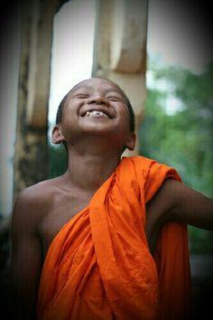 Sempre que você pensar em Deus, pense nele rindo, pense nele rolando no chão dando uma enorme gargalhada, e você ficará mais perto de Deus.  Osho