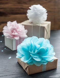 Mini Tutorial: Como hacer flores pompones de papel Con este pap mini tutorial podrás realizar estos flores pompones de papel. Solo necesitas papel pinocho o papel de seda, hilo, tijeras y una perforadora. Estos bonitos pompones son ideales para decorar un salón de fiestas por ejemplo para un cumpleaños de quince, o para ocasiones especiales, un baby shower, la fiesta de la primavera, etc. Tambien como aqui mostramos, son hermosas para decorar regalitos.
