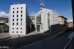 Palacio de Justicia de Oviedo en la Plaza Eduardo Gota Losada. Gota, Plaza, Multi Story Building, Oviedo, Righteousness, Palaces, Buildings, Houses