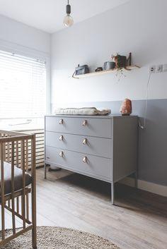 Natural and sustainable baby nursery with light grey Kidsmill dresser Grey Nursery Boy, Nursery Room, Bedroom, Baby Boy Rooms, Baby Room, Baby Dresser, Nursery Lighting, Grey Furniture, Natural Baby