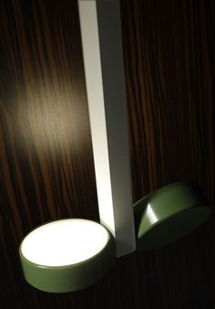 Both the junction and lighting element of  ALULED disc can be fitted in different ways:  structure and single lighting fixture, or structure and  double lighting fixture. It is possible to change the  finishes of these parts, obtaining in this way several combinations. #ALULED #disc 2L wall and ceiling lamp by Itama by Light4