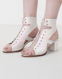 KARLEE is for the girl who ignores trends and creates her own! Giving a nod to Ancient Athenian sandalwear, this style features a leather iridescent upper that