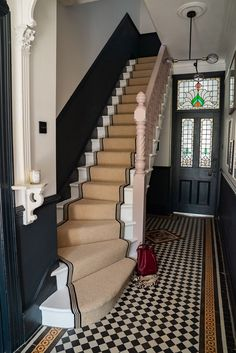 How to achieve your perfect stair runner. Hallway inspiration with this period style hallway complete with stair runner, tiled floor and dark painted wall panelling Edwardian Hallway, Victorian Stairs, Victorian Homes, Victorian Hallway Tiles, Edwardian Staircase, Victorian Flooring, Edwardian House, Modern Victorian, Hall Tiles