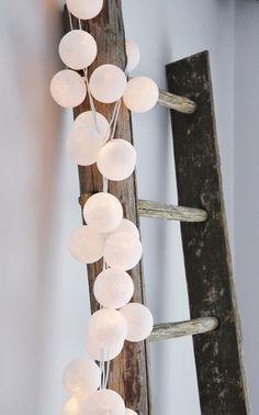 La case de l'Oncle Paul. Ici avec la guirlande de couleurs naturelles. On les voit souvent dans un vase, mais sur la vieille échelle en bois, elle me semble mieux mise en valeur.