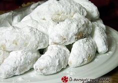 Great recipe for Kourabiedes. Extra delicious and fluffy kourabiedes. Kourabiedes are traditional greek butter cookies, usually made at Christmas time. Recipe by Sitronella Greek Sweets, Greek Desserts, Greek Recipes, Pastry Recipes, Cookie Recipes, Dessert Recipes, Kourabiedes Recipe, Greek Cookies, Biscuits