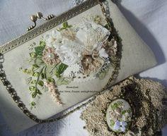 Elegáns, vintage stílusú alkalmi táska és nyaklánc szalaghímzéses medállal. Ilkaművek