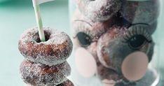 Nappaa munkki ja nauti vapusta! Nämä gluteenittomat munkkirinkilät maistuvat ihan kaikille. Kuohkeiden munkkien salaisuus piilee sähkövatkaimen taikinakoukuissa Caramel Apples, Doughnut, Candle Holders, Candles, Baking, Desserts, Food, Tailgate Desserts, Deserts