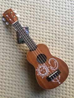 Drew on my friend's ukulele with a white sharpie! Love how it turned out :) Ukulele Art, Cool Ukulele, Ukulele Songs, Ukulele Chords, Guitar Art, Ukelele Painted, Country Female Singers, Ukulele Design, White Sharpie