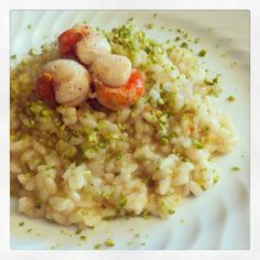 Risotto con capesante e pistacchi Rice Dishes, Food Dishes, Italian Dishes, Italian Recipes, Italian Main Courses, I Love Food, Good Food, Coquille St Jacques, Shrimp Risotto