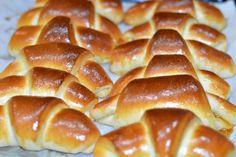 Cornuri pufoase cu gem - CAIETUL CU RETETE Croissant, Pastry Recipes, Dessert Recipes, Good Food, Yummy Food, Romanian Food, Sweet Cakes, Fun Cooking, Hot Dog Buns
