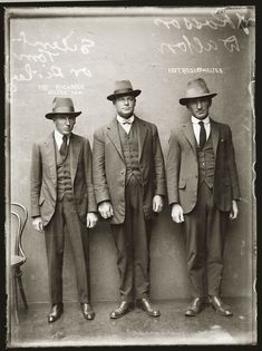 These are mugshots of people from the Crime used to be much more civilized. Lots of people comitted the crime of selling alcohol. Fotografia Retro, Der Gentleman, Gentleman Style, Public Enemies, 1920s Men, 1920s Suits, 1940s, Photos Originales, La Mode Masculine