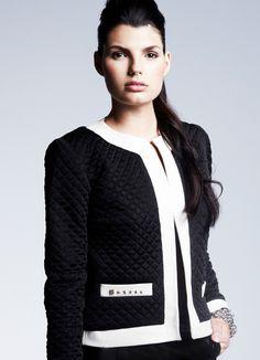 ¡Chicas ya tenemos a la venta la icónica chaqueta de Chanel, perfecta para cualquiera de tus looks!