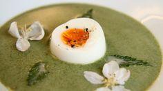 Når du serverer brenneslesuppe har du også en histore å fortelle. Hvor fant du brenneslene, hvordan var turen? Lise Finckenhagen liker mat med fortellinger og gir deg oppskriften på neslesuppe.