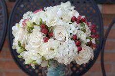 white flowers + red berries http://weddingwonderland.it/2015/11/un-matrimonio-rockabilly.html