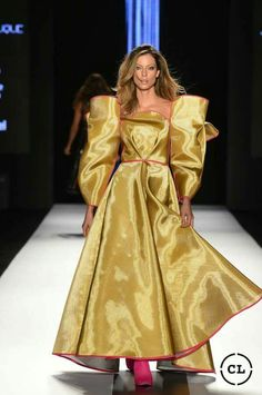 #rojos #mostazas #excentricidad #delpasadoalfuturo #runway #beauty Dress Codes, Catwalk, Fashion Show, Short Dresses, Gowns, Information, Steel, Latin Women, Duke