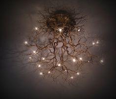 Lascia che Madre Natura decori la tua casa grazie all'illuminazione di questo spettacolare lampadario radici di albero. Una opera d'arte unica fatta a mano.