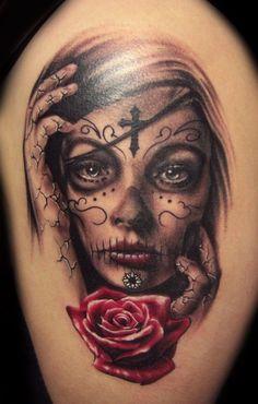 Bestimmt ist Ihnen ein Tattoo Motiv von junger Frau aufgefallen. Es steht gerade stark im Trend und hat auch seinen Namen - La Catrina.