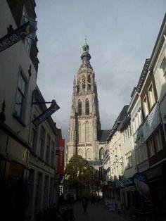 Het is al november, maar de grote kerk in Breda staat nog heerlijk te zonnen.