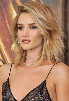 & think shaggy haircuts like Rosie Huntington-Whiteley& new shorter look? Beauté Blonde, Golden Blonde Hair, Short Blonde, Medium Hair Cuts, Medium Hair Styles, Short Hair Styles, Medium Curly, Rosie Huntington Whiteley, Feathered Hairstyles