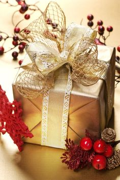 Gift wrapping with style - make yours look unique with these ideas. Christmas gift wrapping ideas. Glam gift wrapping ideas. Traditional Christmas Gifts, Cute Christmas Gifts, Elegant Christmas, Christmas Gift Wrapping, Quirky Gifts, Simple Gifts, Unique Gifts, Elegant Gift Wrapping, Wrapping Ideas