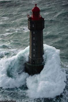 Lighthouse la Jument in strom