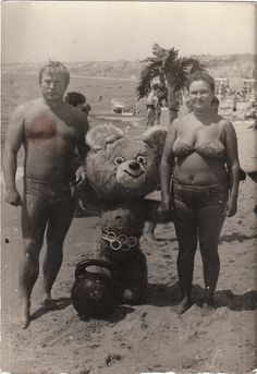 Don't understand it but I love this photo. ES EL OSO MISHA DE UNAS OLIMPIADAS EN MOSCÚ; POBRE BOTARGA EN LA PLAYA!!!