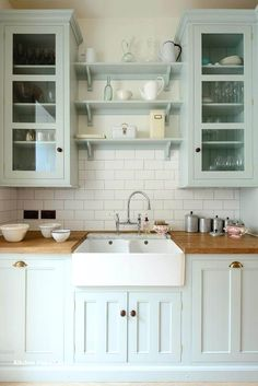 Kitchen Remodel Ideas Farmhouse Sink and Subtle Color Kitchen - Cottage kitchen decorating ideas show you how to bring coziness, charm and country to your home. Find the best designs! White Farmhouse Kitchens, Farmhouse Kitchen Cabinets, Kitchen Redo, New Kitchen, Home Kitchens, Farmhouse Sinks, Farmhouse Small, Devol Kitchens, Kitchen Makeovers