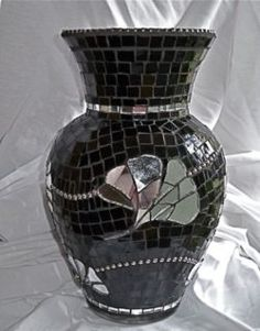 2d04d8638b275b9bffb23116b6d9a004 Mosaic Tile Art, Mosaic Vase, Mosaic Diy, Mosaic Crafts, Mosaic Projects, Mosaic Planters, Mosaic Flower Pots, Glass Flower Vases, Mosaic Garden