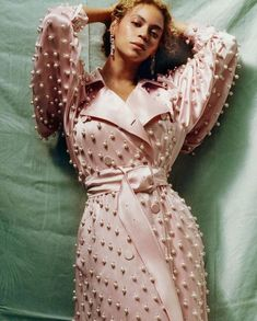 Our Favorite Piece Of Fashion This Year Beyoncé In Custom Blush x Pearl Trench Dress By Burberry From Vogue September Issue. Do You Love This Coat As Much As We Do? Beyonce Photoshoot, Alice, Trench Dress, Beyonce Style, Fashion Tips For Women, Female Fashion, Queen Fashion, Vogue Fashion, Curvy Fashion