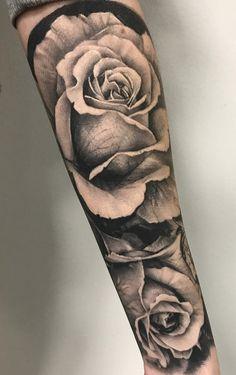 Braço fechado de tatuagem masculina