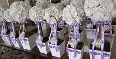 *Valor unitário de cada topiara tamanho M* R$ 22,90 * Valor unitário de cada topiara G* R$ 47,90  Podem ser vendidos separadamente.  Lindas topiaras de rosas brancas em e.v.a. material perfeito pois imita o toque, aparÊncia e textura de uma rosa natural, com laço lilás.  Topiara M contém 12 ROSAS GRANDES, vaso mede: 10 cm.alrg. 30 cm.alt.  É preço x custo x benefício e principalmente a qualidade de acabamento inigualável, tenho feito bastante sucesso com minhas topiaras oferecendo um preço…