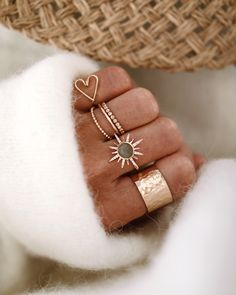 Chon & CHON - www.chonandchon.com NEED SUN - accumulation bagues or créateurs, jewelry addict, jewelry photographer, jewelry blogger, bijoux addict, rings set