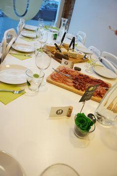 Tisch eindecken und für Firmenveranstaltungen kleine Snacks bereitstellen
