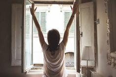mulher acordando cedo