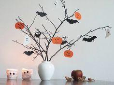Déco Halloween maison avec citrouilles à visage, chauves-souris et fantômes