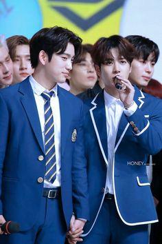 Jackson Jinyoung honding hands