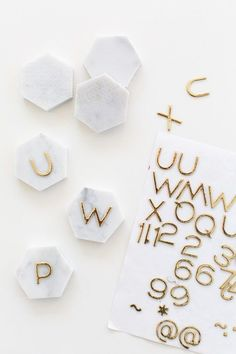 DIY Place Card Holders: One Minute Marble Place Cards DIY Marble Hexagon Place Cards The post DIY Place Card Holders: One Minute Marble Place Cards appeared first on Wohnaccessoires. Do It Yourself Inspiration, Decor Inspiration, Wedding Inspiration, Diy Marble, Carrara Marble, Marble Crafts, Do It Yourself Upcycling, Diy Place Cards, Cards Diy