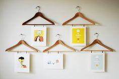 Выставка рисунков на вешалках