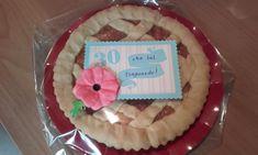 Una torta fatta in casa ma abbellita da un'etichetta fatta con le fustelle di www.lacoppiacreativa.com