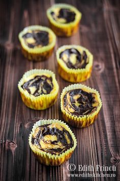 mini cheesecakes cu cacao 1 High Protein Low Carb, High Protein Recipes, Protein Foods, Edith's Kitchen, Sugar Free Desserts, Mini Cheesecakes, Food Photo, Yummy Treats, Cooking Recipes